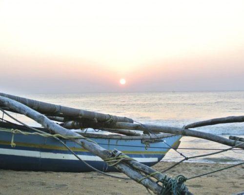 Segelboot am Strand mit Sonnenuntergang