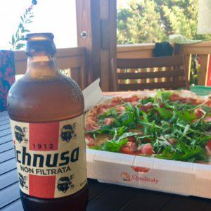 Pizza und sardisches Bier