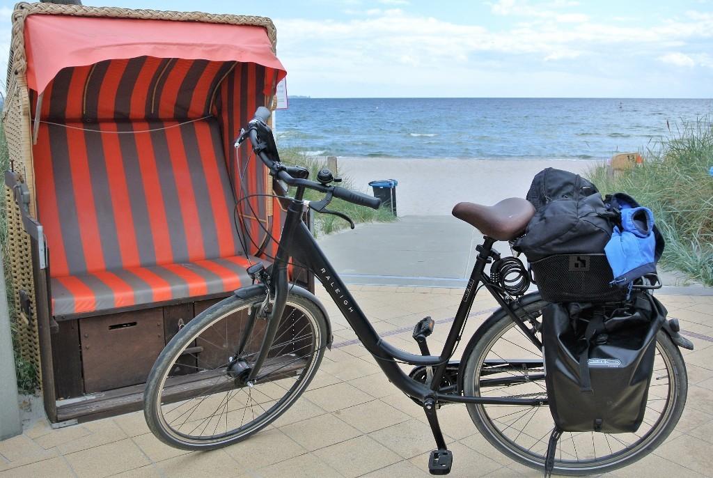 Fahrradtour-Pause am Strand in Scharbeutz