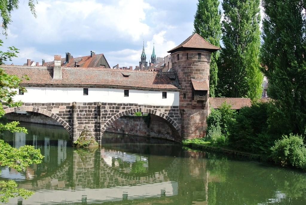 MS WellTravel schaut auf Brücke in Nürnberg