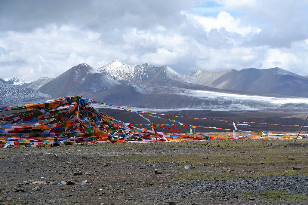 Tibet und deren Landschaft mit Bergen und Fahnen