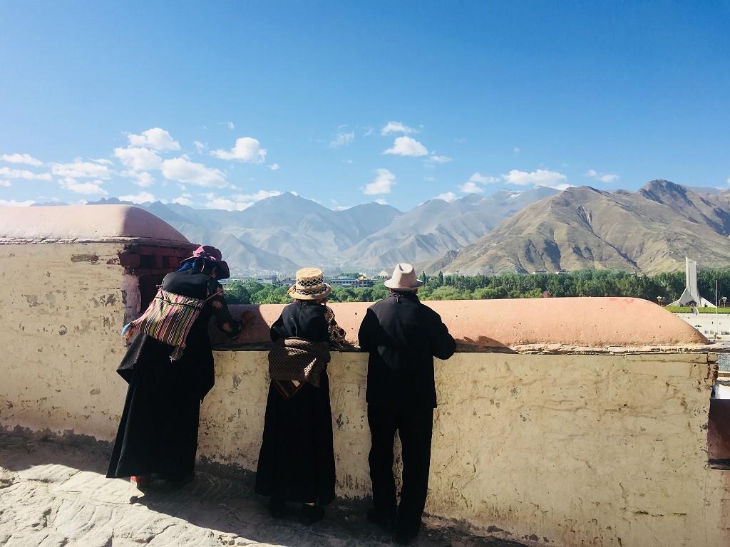 Einheimische schauen auf Lhasa