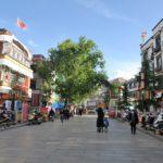 In Lhasa unterwegs, Straßenweg.