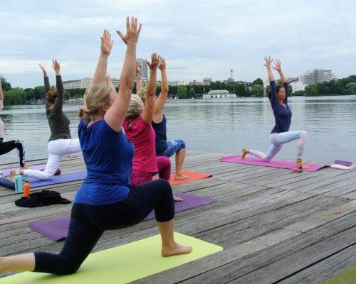 Los geht es mit Yoga am Steg