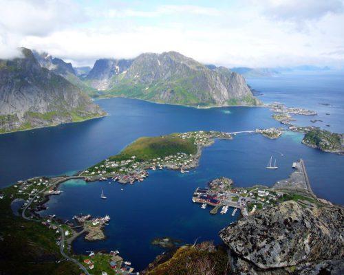 Ort Reine von oben mit See
