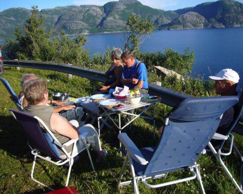 Frühstück beim Camping mit Freunden