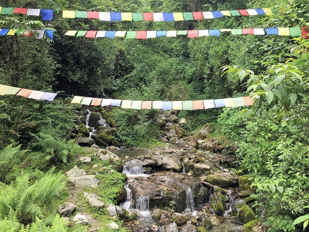 Gebetsfahnen und Wasserfälle