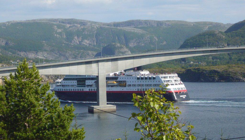 Frachtschiffe auf Fjord