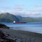 Frachtschiff in Landschaft
