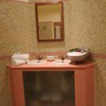 Spiegel und Waschbecken