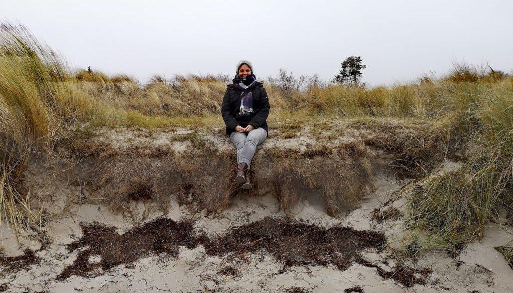Marina sitzt am Ostseestrand der Insel Poel