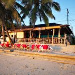 Vor dem Restaurant am Strand