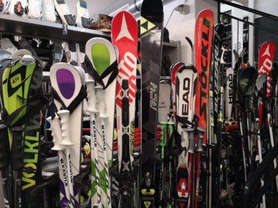 Ski-Verleih an der Bergbahn