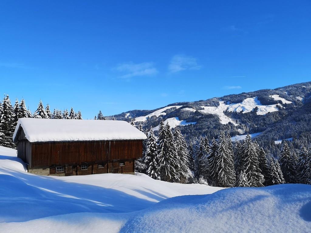 Haus im Schnee -Winterwanderung Österreich