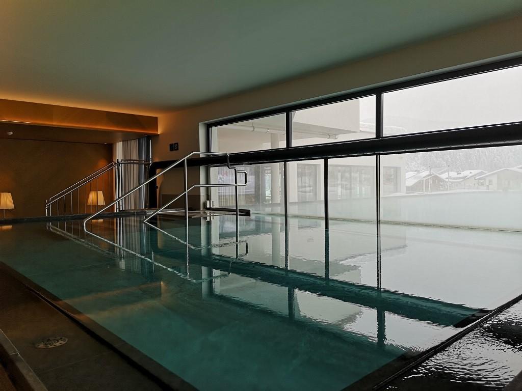 Indoor-Pool und ab nach draußen