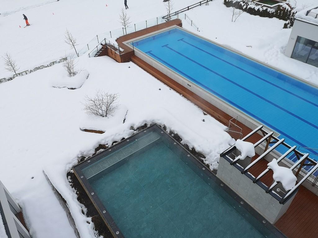 Sportbecken und Außenpool