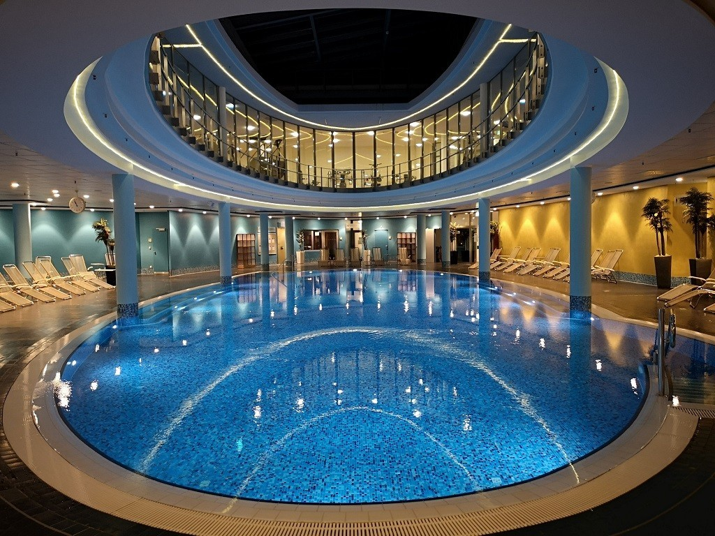Pool unten, Sportclub oben
