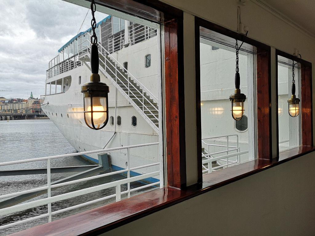 Lampen und Fenster im Eingang vom Schiff