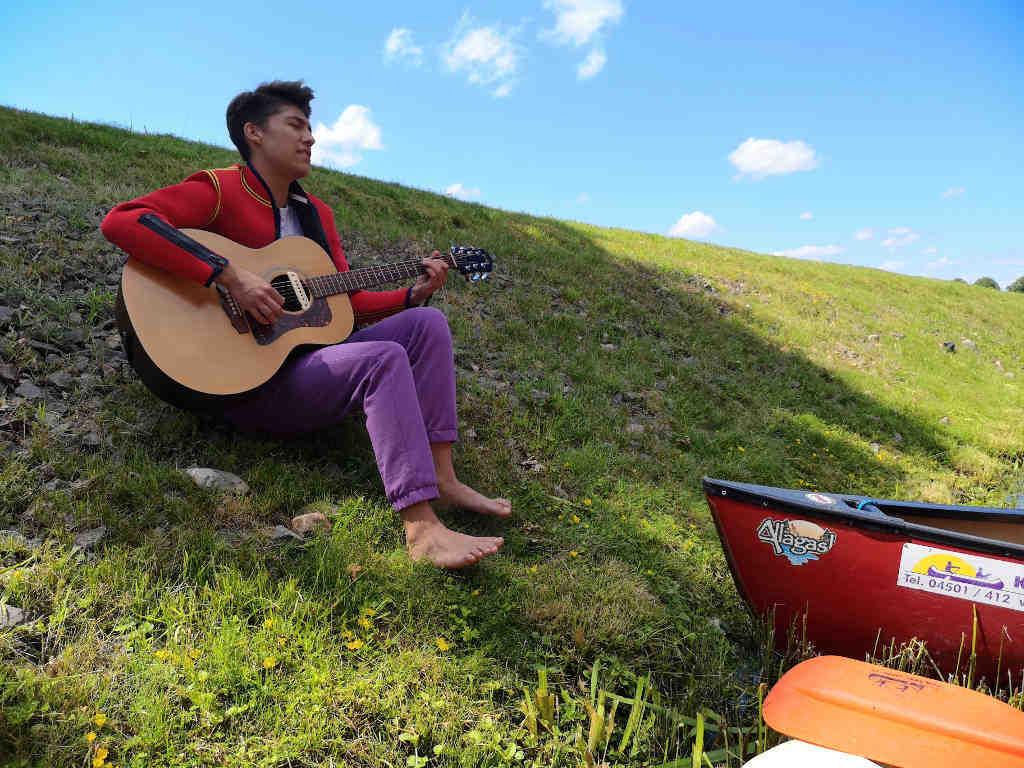 """Lied """"Die Forelle"""" mit Gitarrenmusik. Vor der Brücke"""