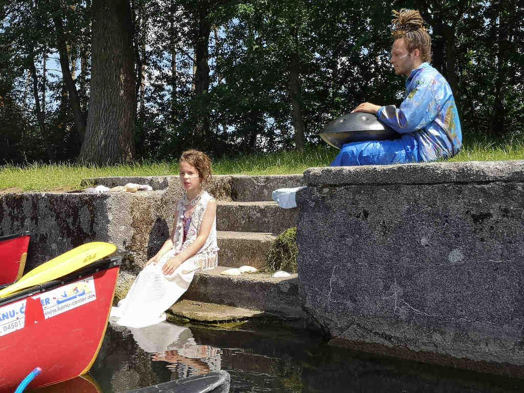 Mit den Kanus zur Szene: Der faszinierte Wasserjunge