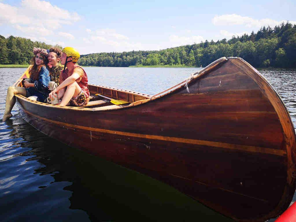 Mitten auf dem Salemer See. Szene: Weltliches Leben zu dritt