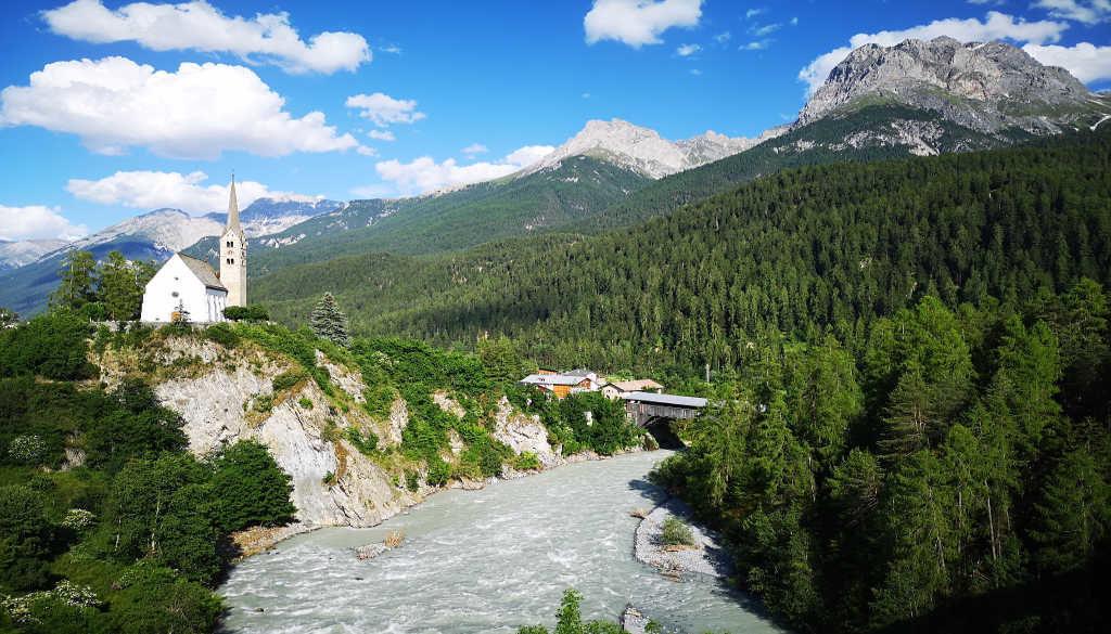 Wellness in der Schweiz: Kirche auf einer Klippe in Scuol