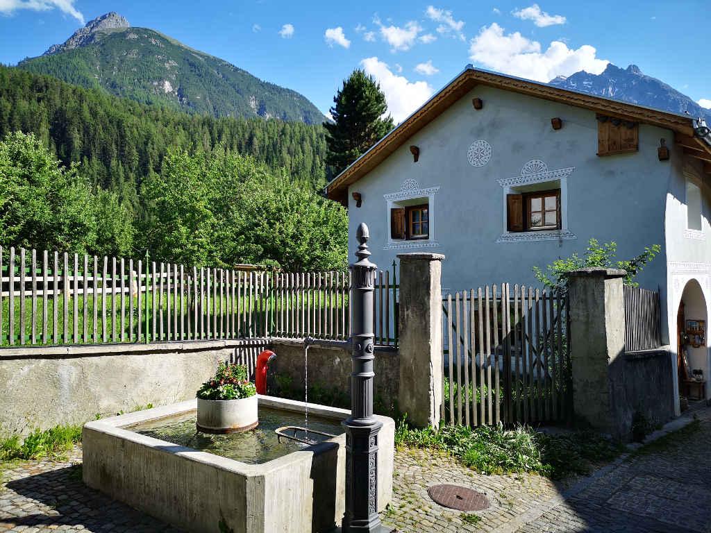 Dorfbrunnen mit Quellwasser