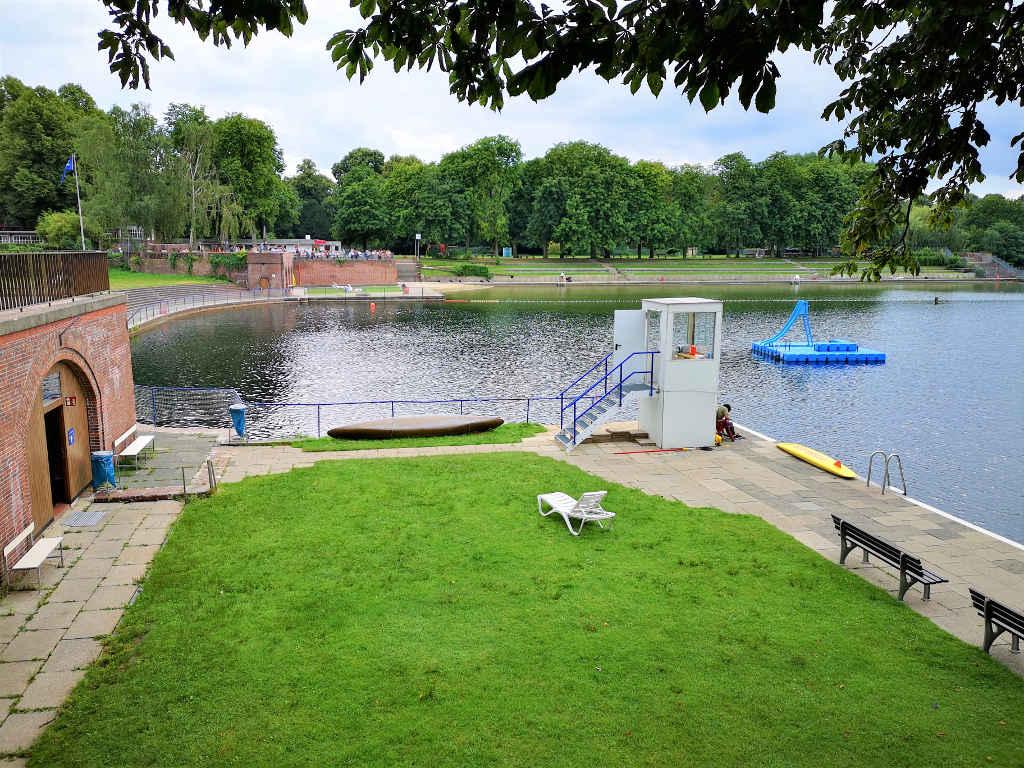 Schwimmen und Relaxen im Naturbad