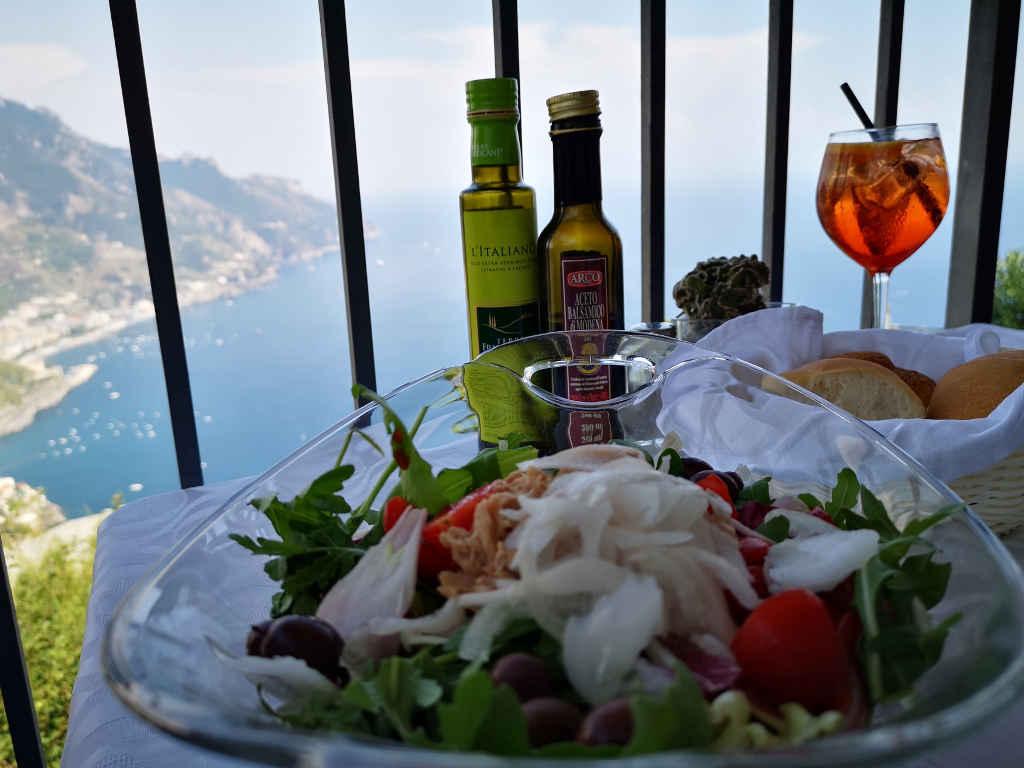 Lunch mit Blick auf die  Amalfiküste