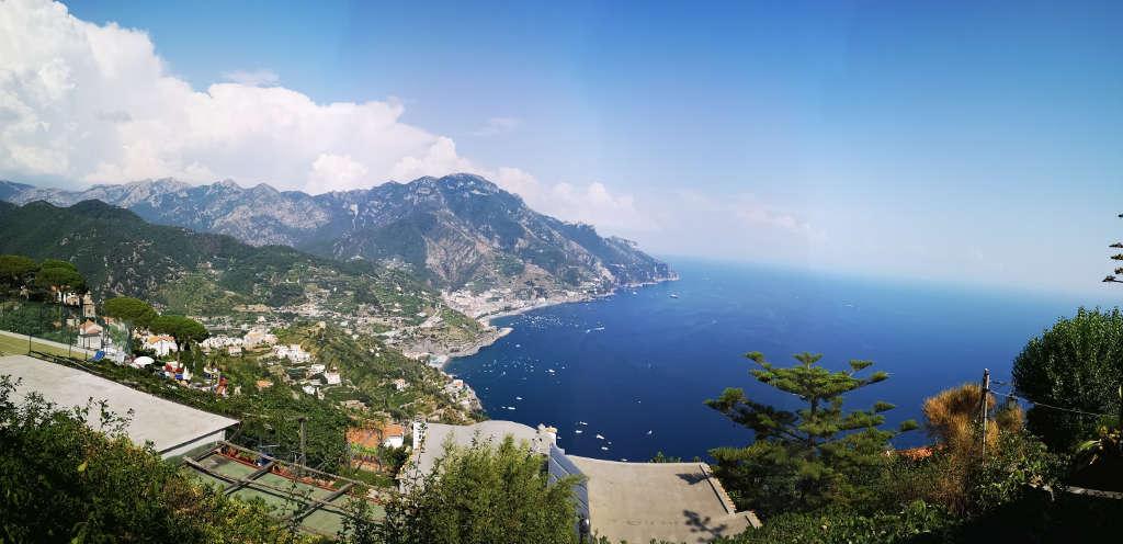 Panoramablick auf die malerische Amalfiküste