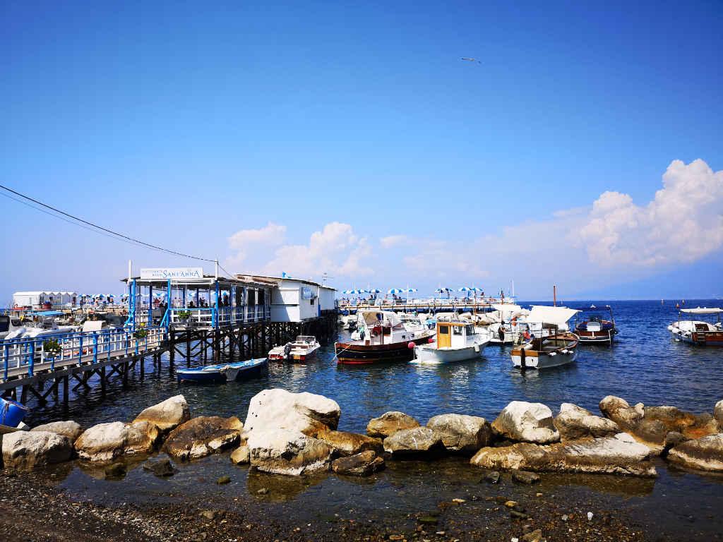 Kleiner versteckter Hafen in Sorrento