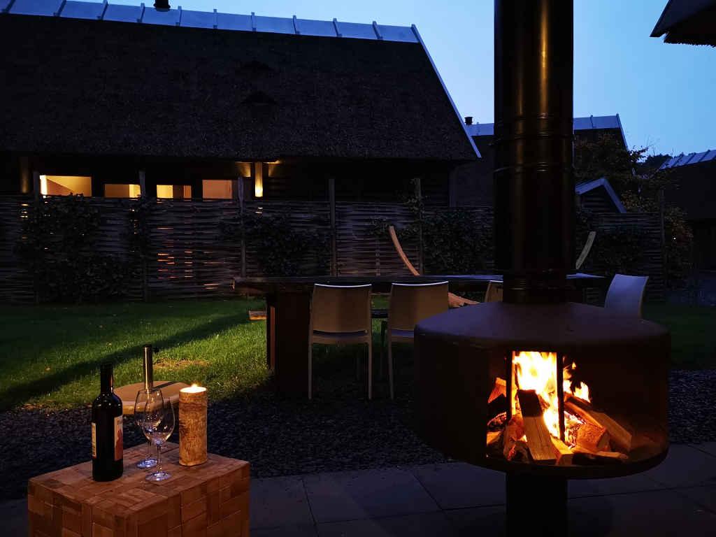 Überdachte Feuerstelle auf der Terrasse