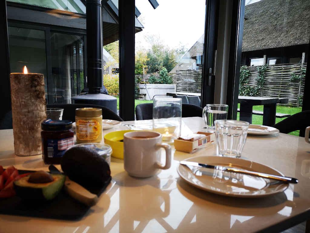 Frühstück mit Blick in den Garten