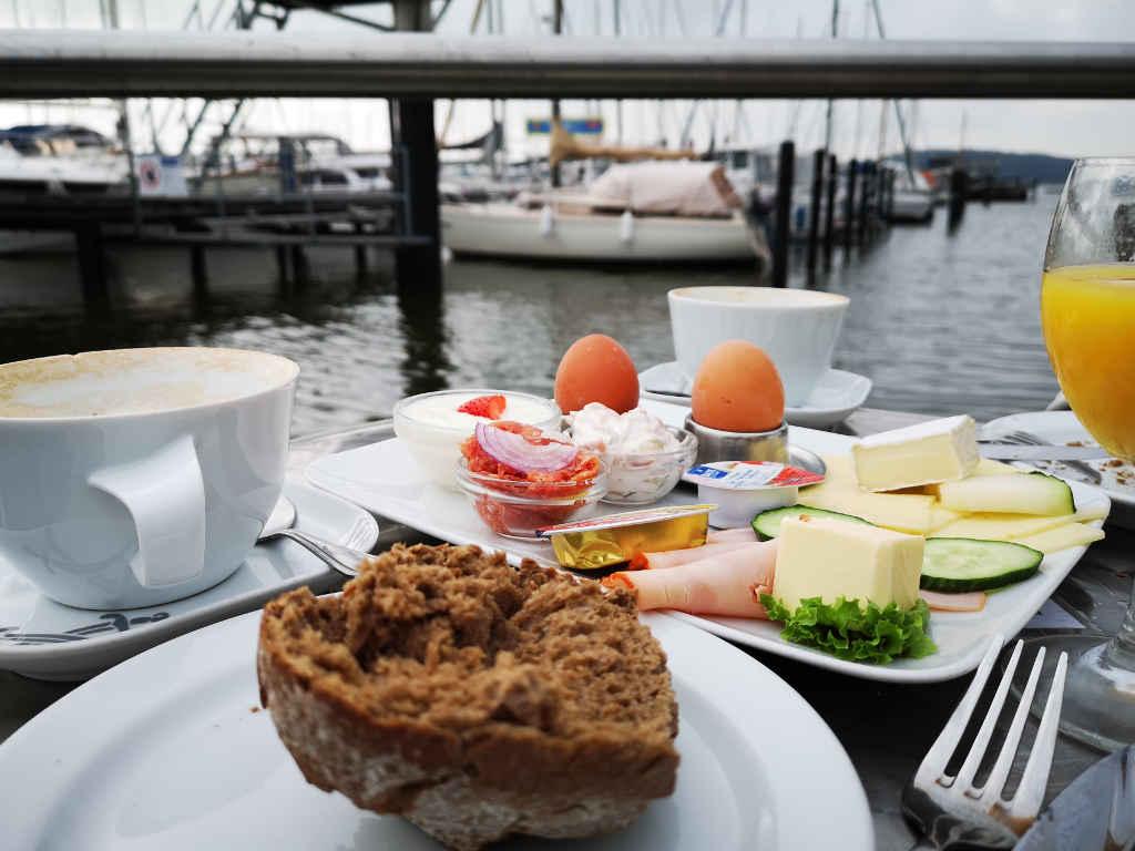Frühstück im Hafen-Café