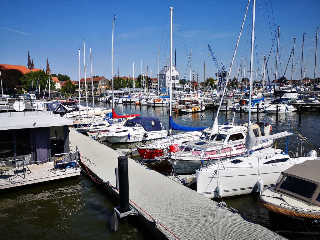 Hausboot Helena liegt direkt im Stadthafen Schleswig