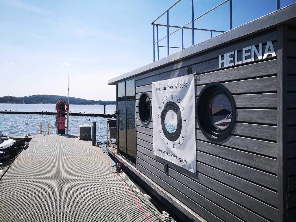 Hausboot Helena am Ende des Schwimmstegs