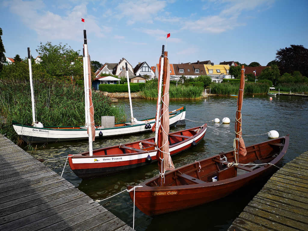 Fischerboote auf dem Weg zur Siedlung