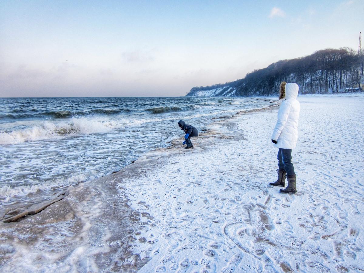 Winterliche Wanderung am Strand von Göhren ©Travellerin