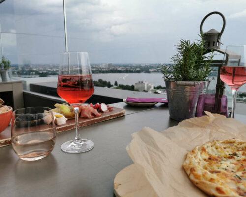 Essen gehen in Hamburg - 4 Restaurant Tipps für Genießer - Weinbar 26 Außenterrasse vom Radisson Blu Hotel
