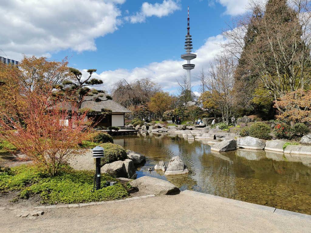 Japanischer Garten direkt vor dem Radisson Blu Hotel