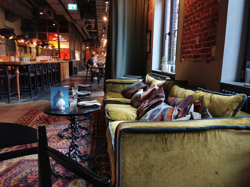 Sofa im Innenraum vom NENI