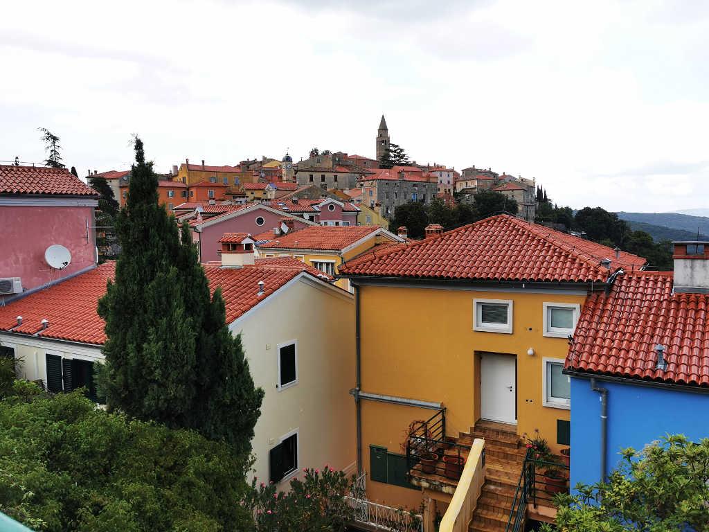 Blick auf die Altstadt und die bunten Häuser